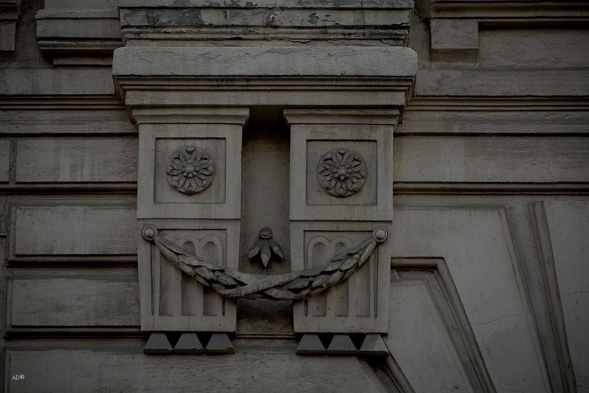 Элемент фасада на бывшем доходном доме построенном в 1912 г. (Пушкарёв пер., 10)