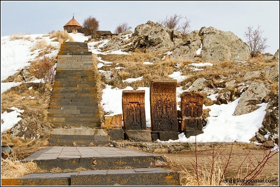 Хакары у монастыря Севанаванк