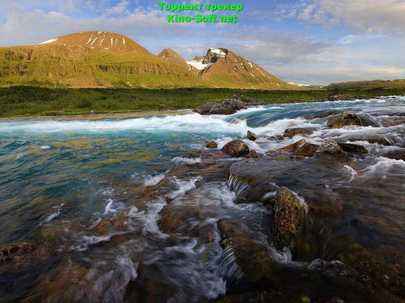 обои Горные реки огибают множество порогов, спускаясь с гор, вдали возвышаются горные вершины 1920x1080.