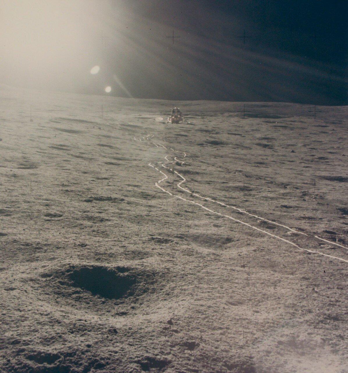 Лунный модуль опустился на площадку с уклоном 8 градусов (при уклоне более 15 градусов астронавтам запрещён спуск по лестнице на поверхность Луны, при уклоне более 42 градусов старт с Луны невозможен). На снимке: Место посадки Фра Мауро в солнечном свете