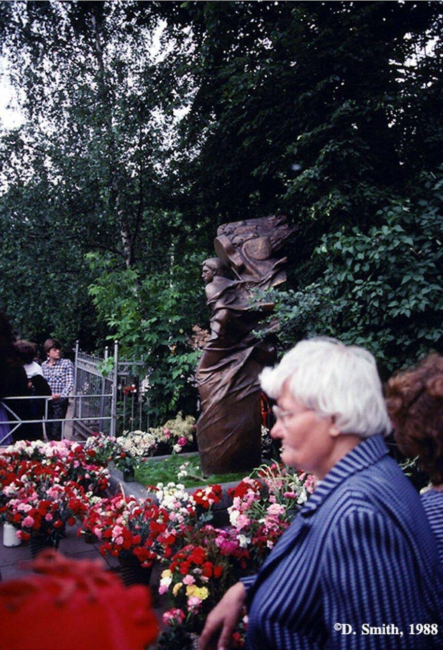 Могила Владимира Высоцкого, популярного в середине ХХ века  поэта и актера, на Ваганьковском кладбище