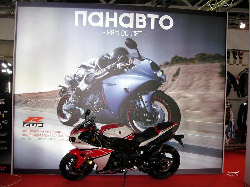 Мотосалон IMIS-2012 в «Гарден Сити». Мотоцикл серии СуперСпорт Yamaha YZF-R1.