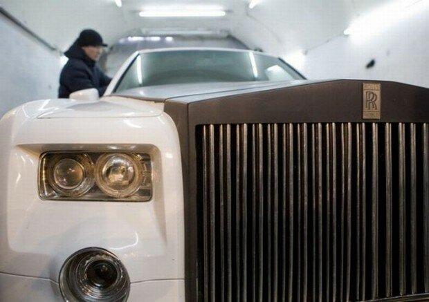Но так как собрать сумму в 500 000 евро ему не по силам, он решил сделать Rolls-Royce Phantom.