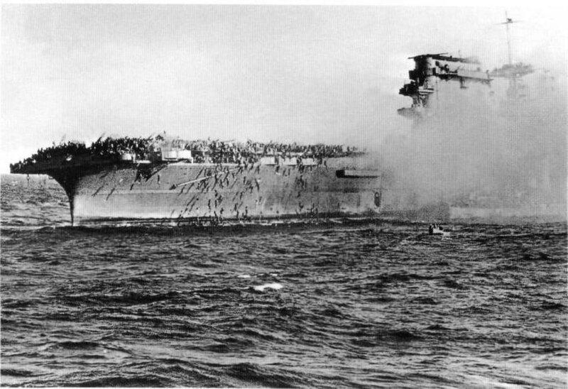 Команда покидает горящий авианосец