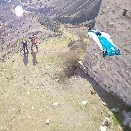 Прыжок в горах Кавказа в костюме крыле
