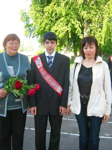 Выпускник Андрей с мамой и с бабушкой..