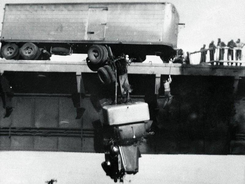 Спасение водителя сошедшего с моста тягача, Реддинг, штат Калифорния, США, 1954 г.