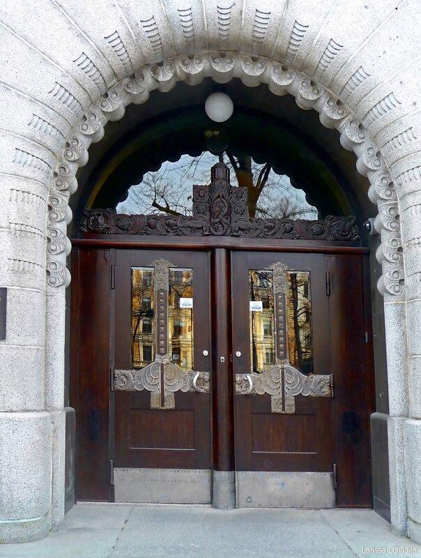 Дверь и декор входа.