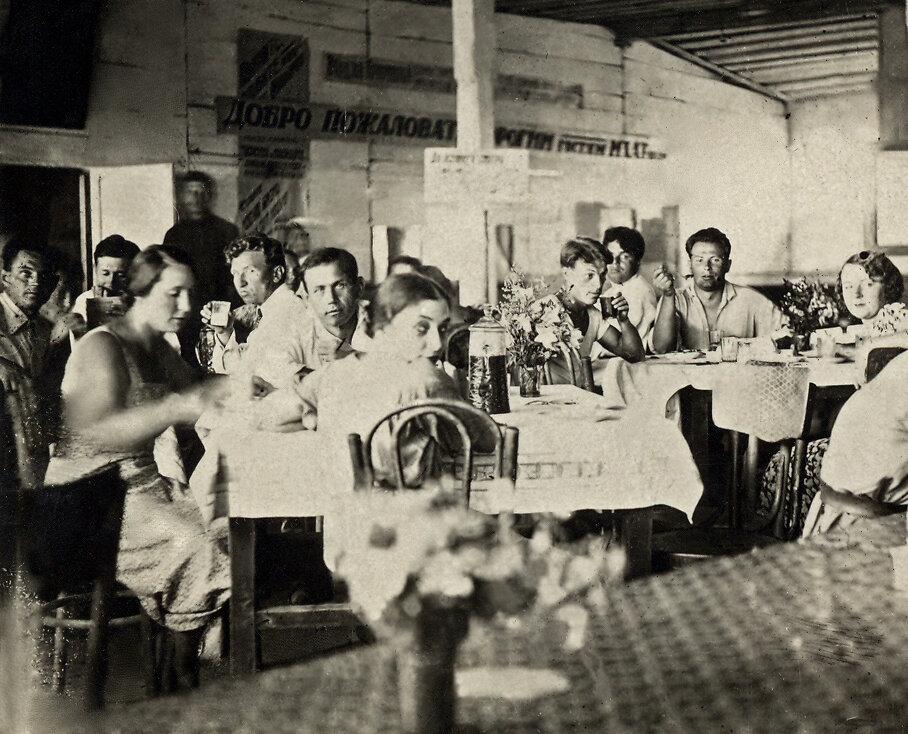 МХАТ на гастролях. Середина 1930-х  На снимке за столом: обернулась Софья Пилявская, напротив нее актер Николай Дорохин (ее муж), второй слева направо Григорий Конский.