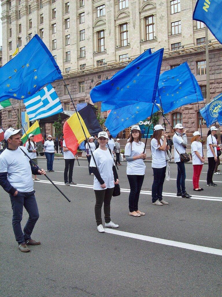 Знаменосцы Европейского парада 2012 на Крещатике