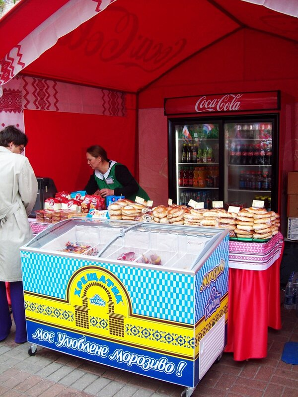 Палатка выпечки и мороженого на Крещатике