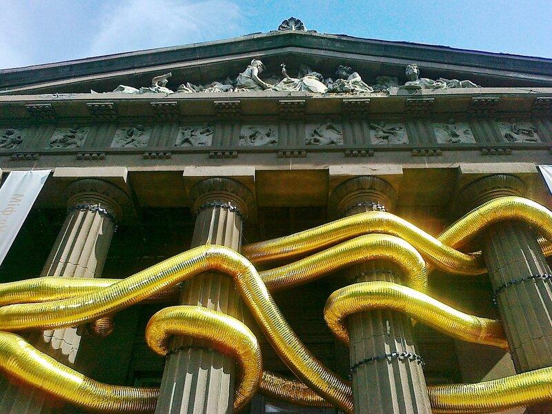 Золотые трубы на колоннах художественного музея Украины