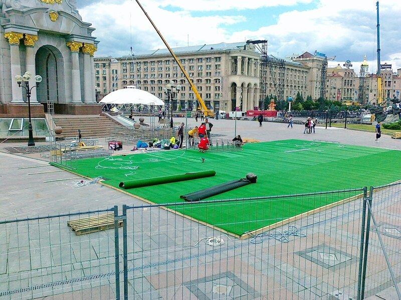 Монтаж покрытия фан-зоны на Майдане Незалежности