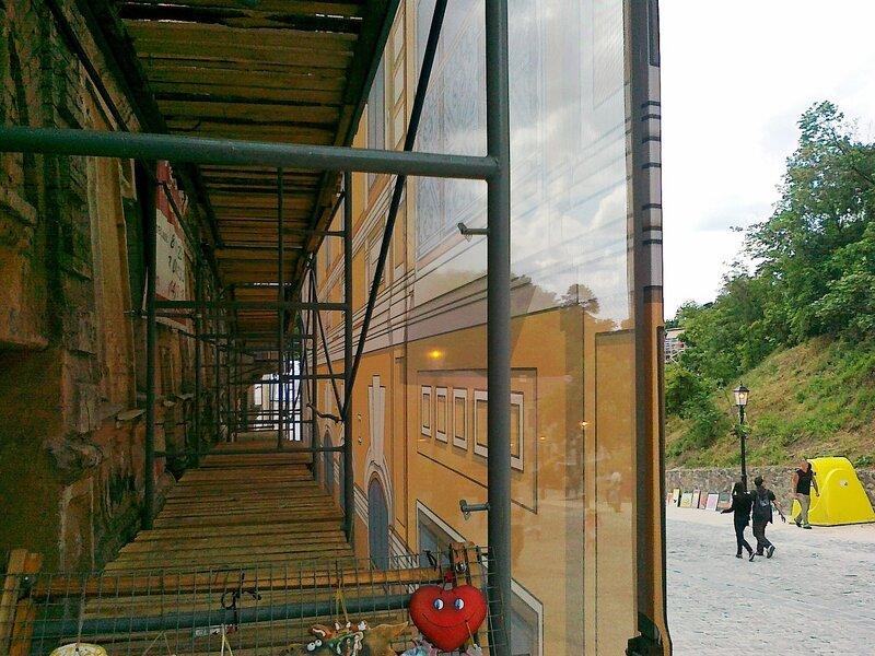Нарисованный фасад на Андреевском спуске