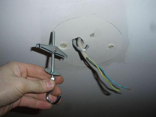 Фото 4. Крепёж специального назначения - крюк для гипсокартонных потолков на фоне штатного крюка.