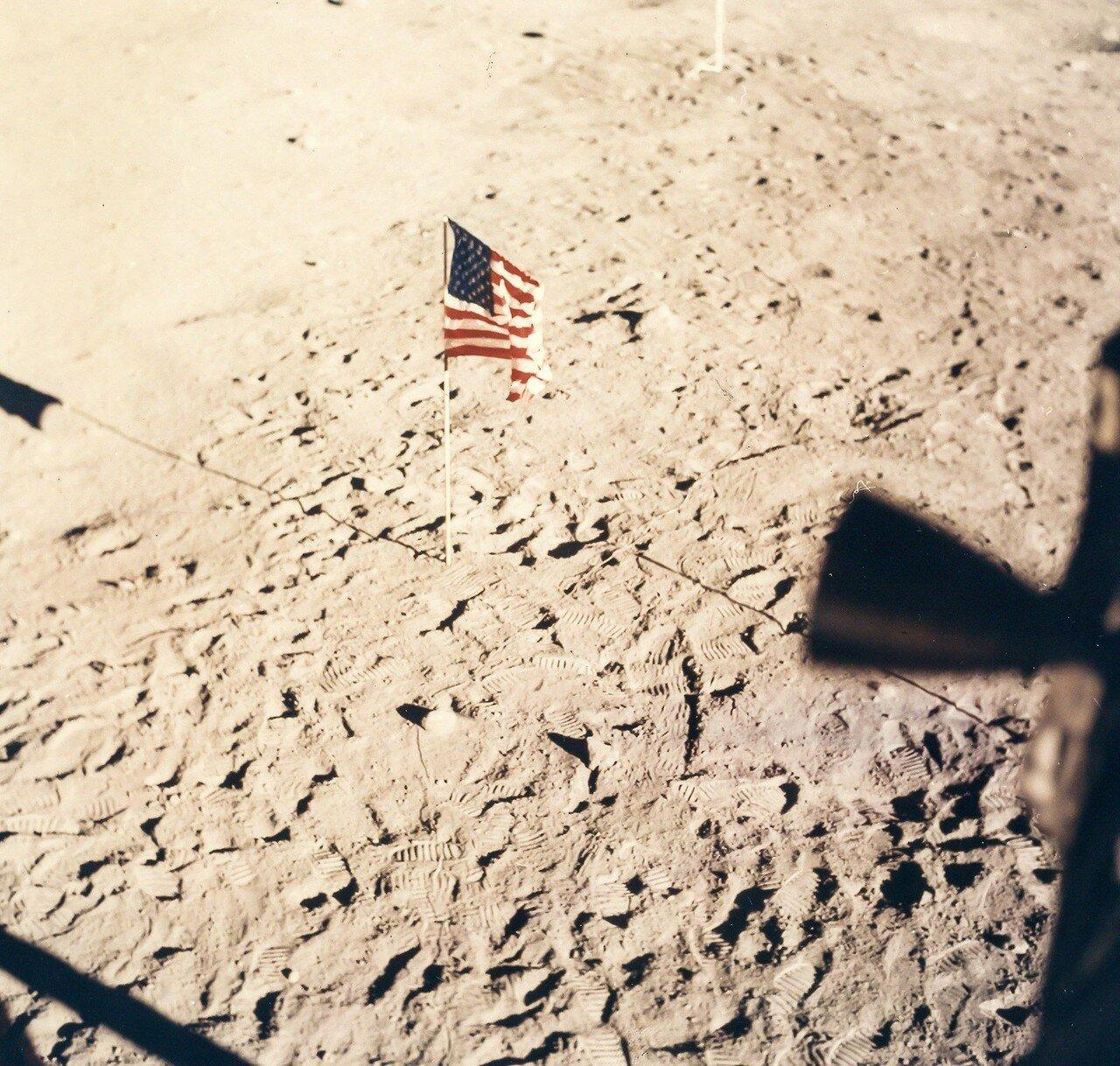 Двигатель взлётной ступени лунного модуля был включён, как и планировалось, в 124 часа 22 минуты полётного времени.На снимке: Вид из окна «Орла» после возвращения астронавтов на борт модуля