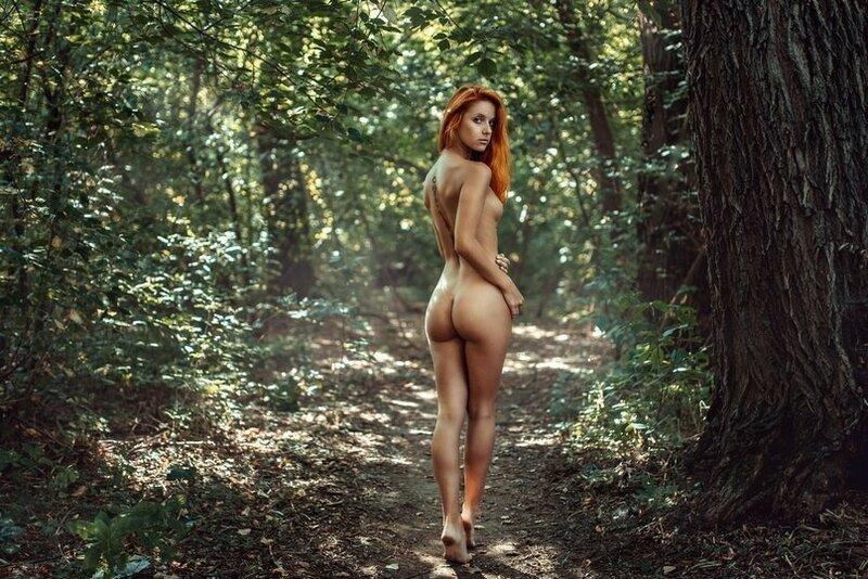 фото ню девушка в лесу