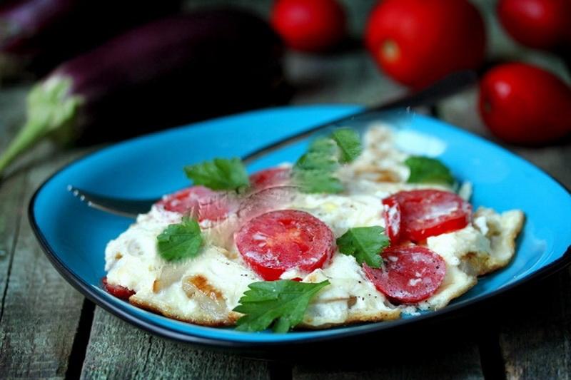 2. Омлет из перепелиных яиц с баклажанами и помидорами Ингредиенты: яйцо перепелиное — 12 штук; поми