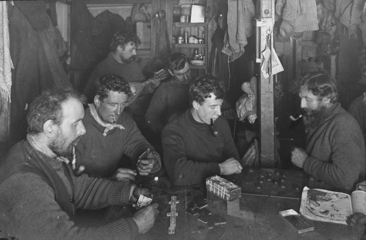26. Экипаж играет в игры и на музыкальных инструментах, чтобы скоротать время.