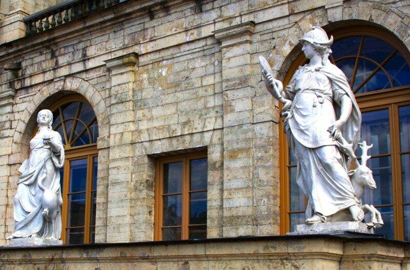 Благоразумие и Бдительность - скульптуры у входа в большой Гатчинский дворец