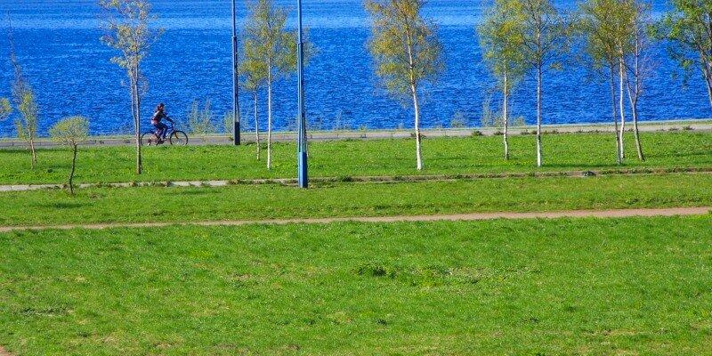 велосипедистка, едущая по берегу Балтийского моря
