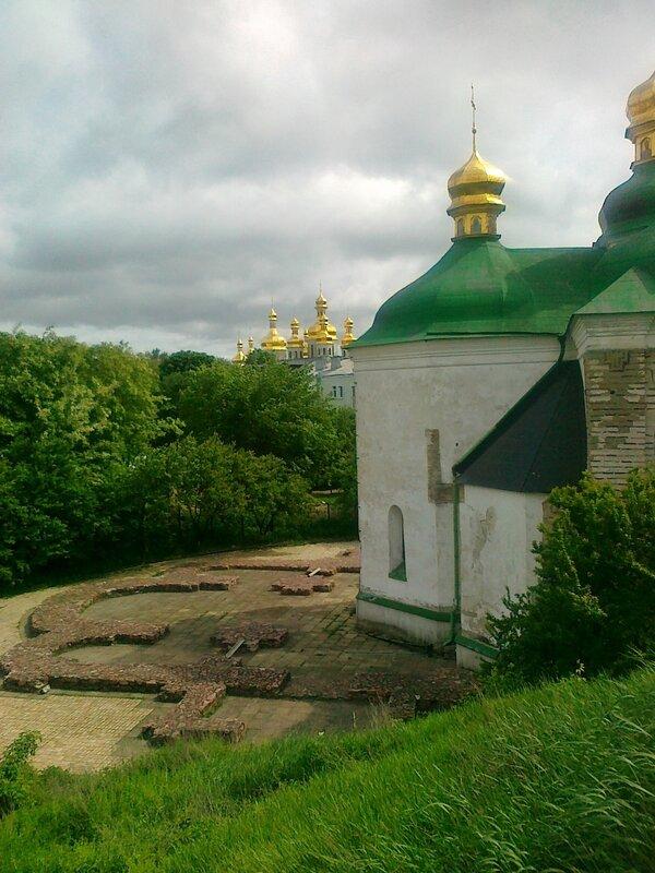Фундамент церкви Спаса на Берестове