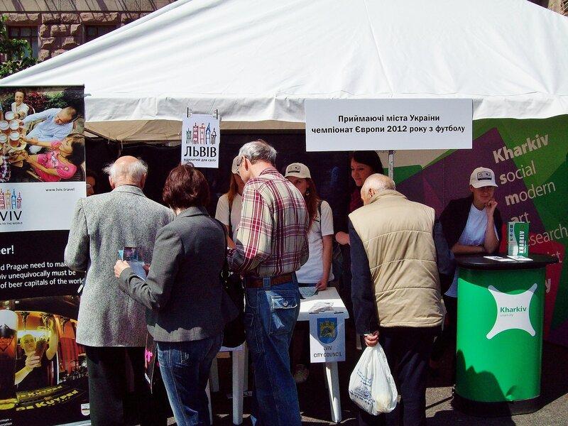 Палатка принимающих городов Евро 2012 на Дне Европы
