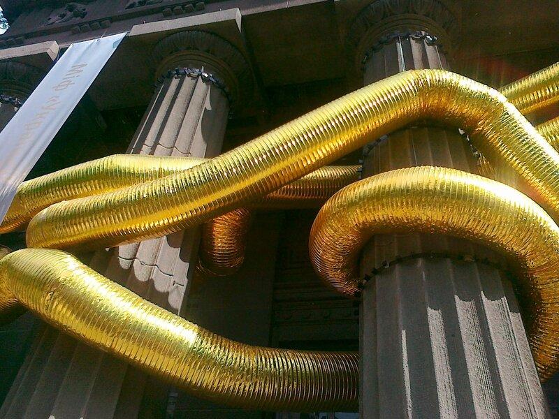 Золотые трубы на колоннах художественного музея