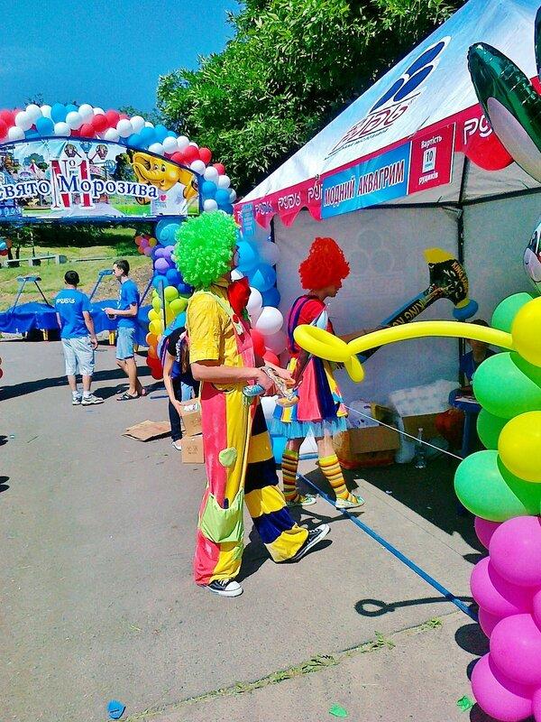 Клоуны на фестивале мороженого