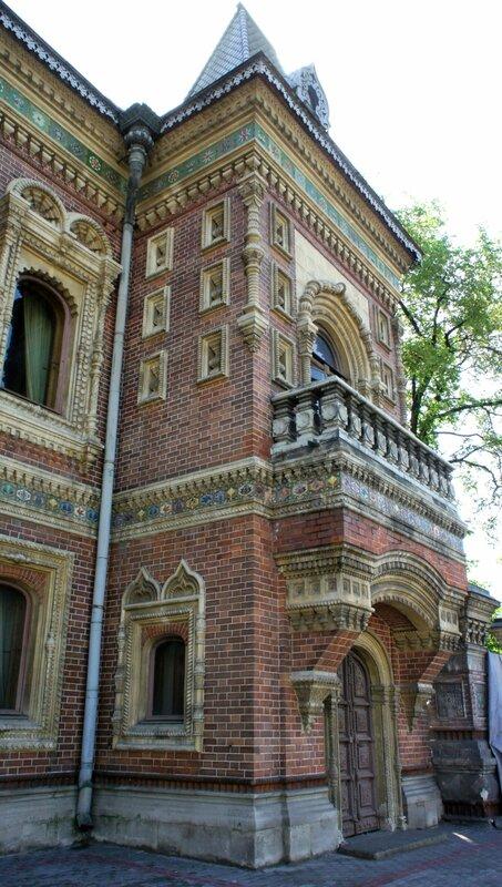 """门廊""""上(正门上)是优雅的仿古式的双层拱门"""