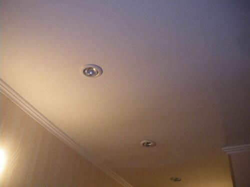 Фото 14. Встроенные потолочные светильники коридора.
