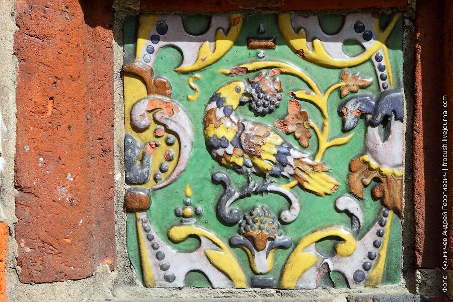 Изразцовые вставки на стенах храма