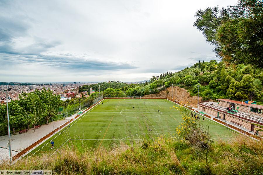 футбольное поле на холме в барселоне