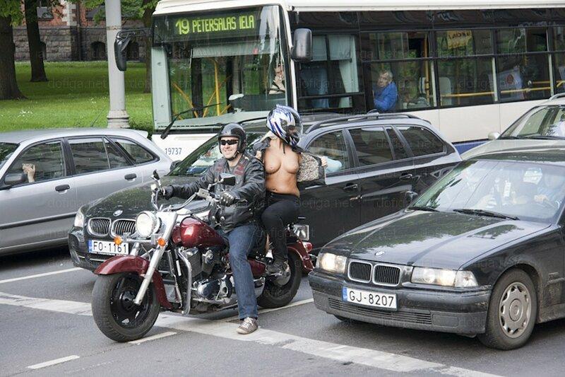 Рижские мотоциклистки всем показывают сиськи