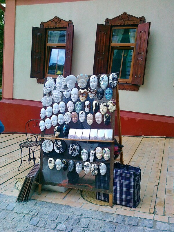 Сувенирные маски на Андреевском спуске