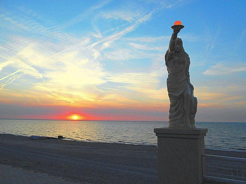 Солнце слева, статуя справа ... DSCN1599.JPG