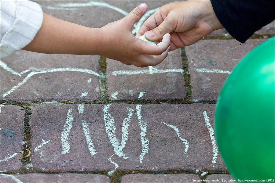 Дети рисуют мелками на асфальте