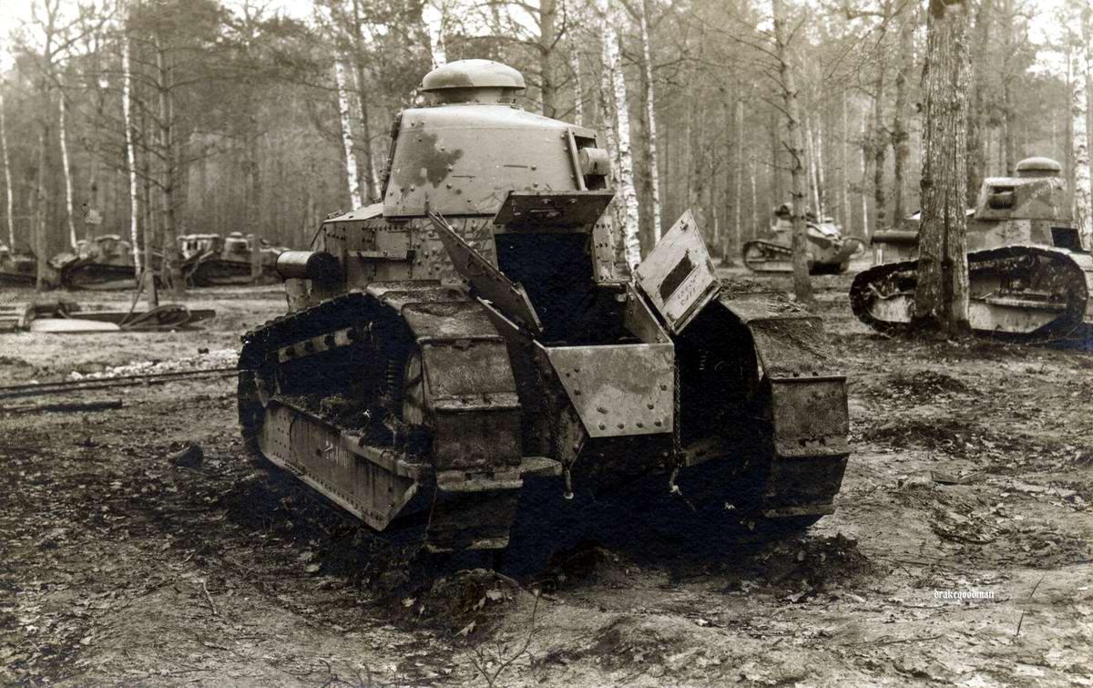 Французские танки Рено FT-17, захваченные немецкой армией на одной из баз их хранения