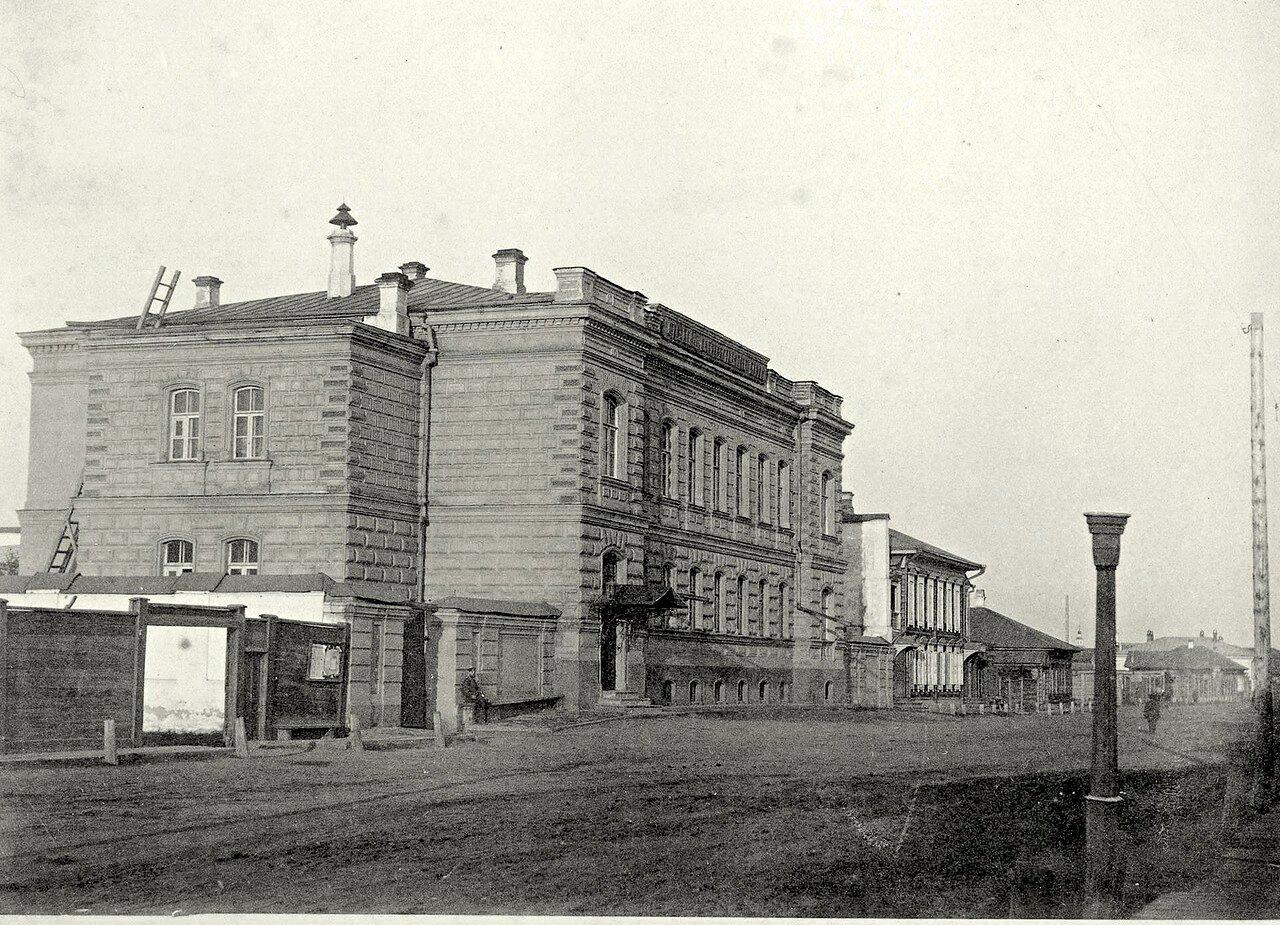 Фрагмент улицы Гостинской с угловым разворотом здания государственного банка на переднем плане