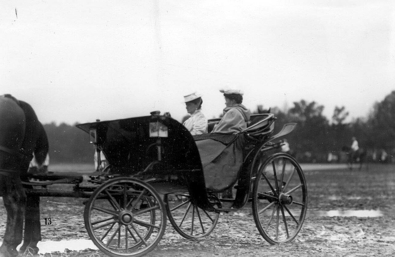01. Члены императорской фамилии в коляске. 1907
