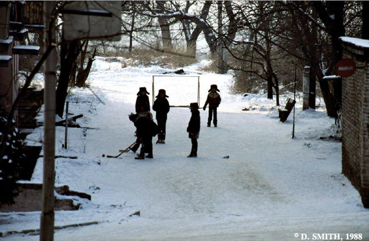 Пятигорск. Дети играют в хоккей