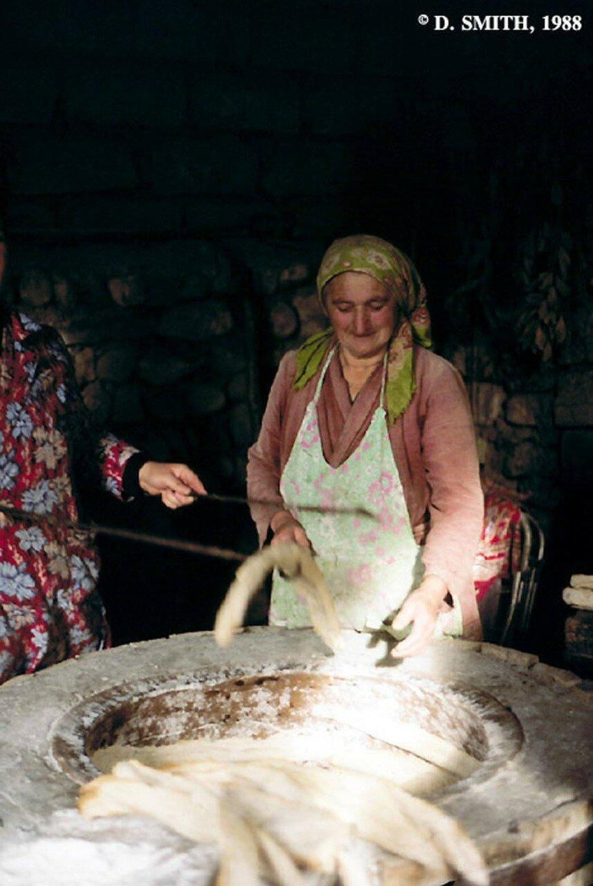 Грузинские женщины за выпечкой хлеба