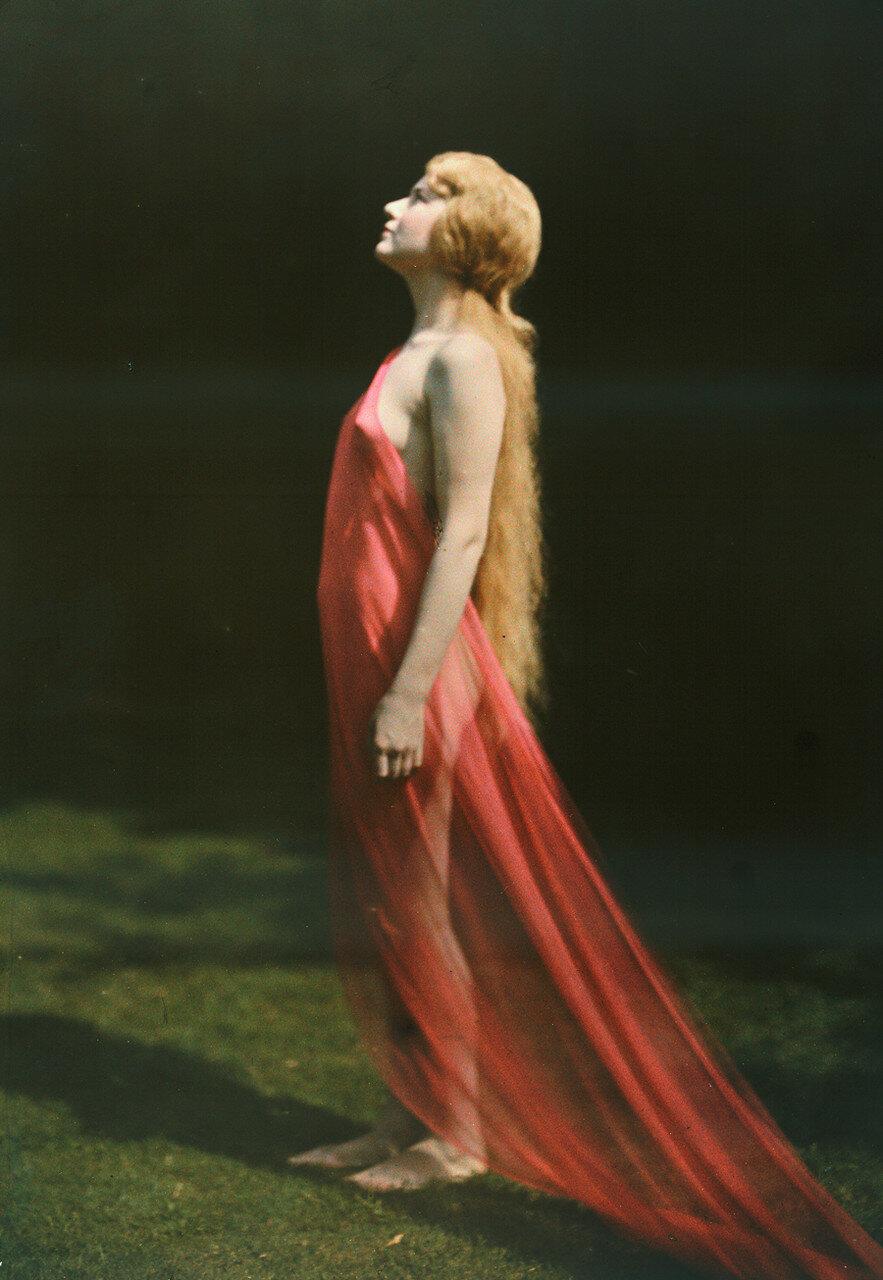1920-е. Портрет женщины, задрапированной красным шелком