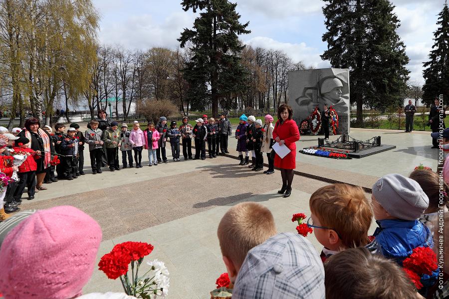 Ярославль. ученики начальных классов со своими учителями пришли возложить цветы к Вечному огню