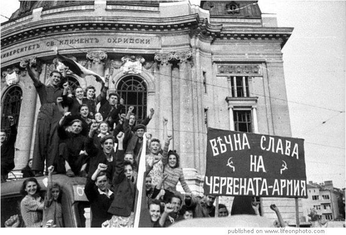 """На плакатах КГГА жителей Праги в 1945-м выдают за киевлян в 1943-м: нет кадров, где приветствовали Красную Армию как """"освободителей"""" - Цензор.НЕТ 1979"""