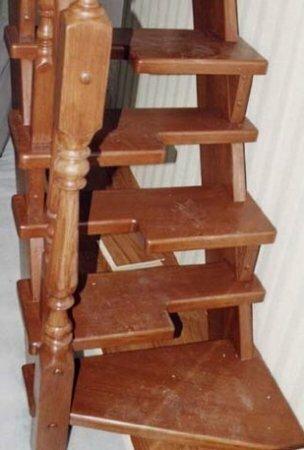 Марш прямой лестницы сделан только с наружной тетивой, а внутренние ступени укреплены на стенке дома.