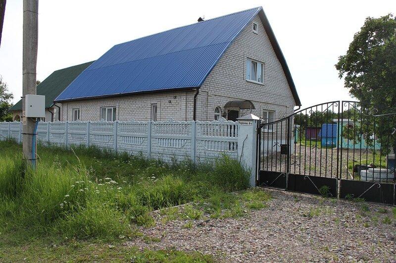 Синяя крыша дома и будки
