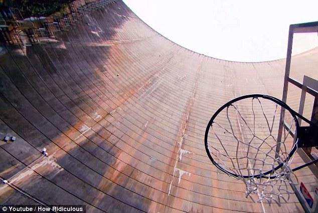 Австралиец забросил мяч в кольцо с расстояния в 126,5 метра 0 12da85 e722278 orig