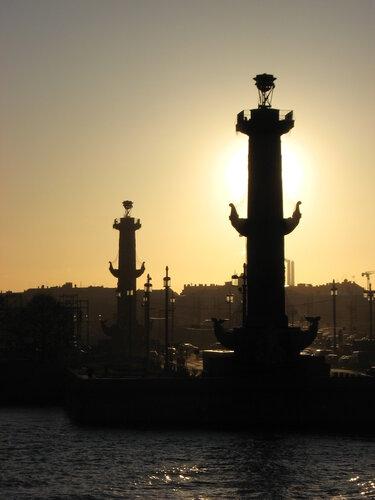 Фото Ростральных колонн Васильевского острова утром в декабре