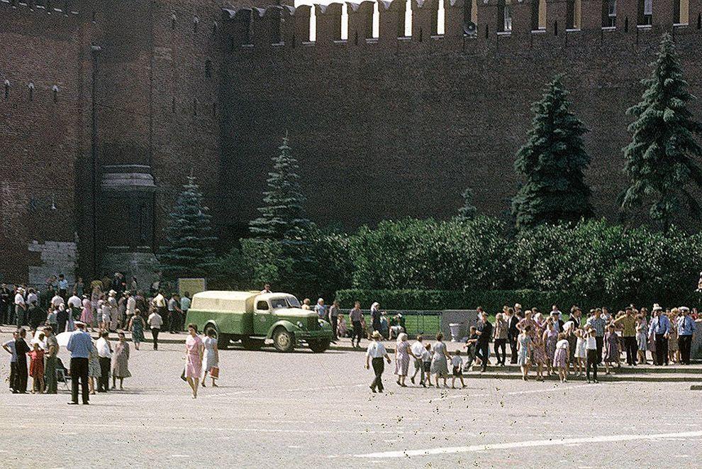19. В 1963-м Красную площадь закрыли для сквозного автомобильного движения.